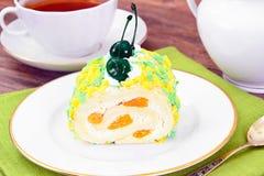 Rollè della spugna con crema, il mandarino e la ciliegia Immagini Stock Libere da Diritti