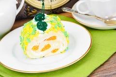 Rollè della spugna con crema, il mandarino e la ciliegia Fotografia Stock Libera da Diritti