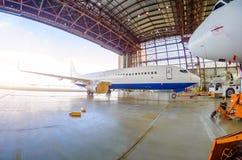 Roll-in των αεροσκαφών από το υπόστεγο με ένα τρακτέρ αεροδρομίων, μετά από την επισκευή Στοκ Εικόνα