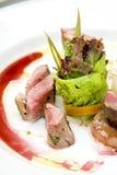 Rollade van rundvlees, varkensvlees, en pastei, aardappelgratin Stock Foto