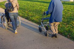 rollator和轮椅有前辈的历史公园的 免版税库存图片