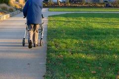rollator和轮椅有前辈的历史公园的 库存照片