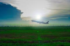 Rollbahn, Flugzeug mit Abendsonne lizenzfreie stockfotos