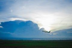 Rollbahn, Flugzeug mit Abendsonne stockfotografie