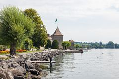 Rolle Castle et lac Leman, Rolle, Suisse photographie stock libre de droits