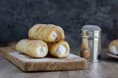 Rolle de la nata de tres pastas de hojaldre con los dess checos tradicionales poner crema Fotografía de archivo