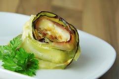 Rolle der Zucchini briet mit Käse und Schinken Hölzerner Hintergrund Weicher Fokus Lizenzfreie Stockbilder