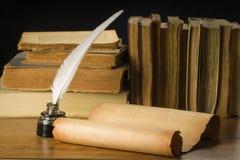 Rolle des alten Papiers für alte Bücher, Tintenfaß und Stift des Hintergrundes Lizenzfreies Stockfoto