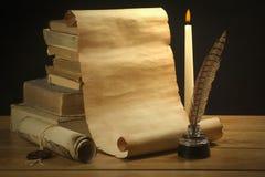 Rolle des alten Papiers für alte Bücher, Tintenfaß und Stift des Hintergrundes Lizenzfreie Stockfotos