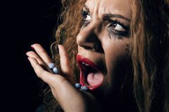 Rolle des Geld- und Drogepuders, Frau mit den Pillen in der Hand, die einiges nehmen Stockbilder