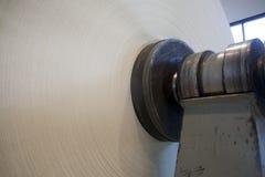 Rolle des Papiers auf Papiermühle Lizenzfreies Stockfoto