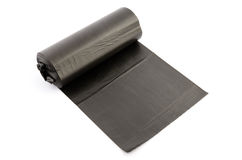Rolle des schwarzen Abfallpakets isoalted auf Weiß Stockbild