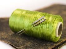 Rolle des Threads mit Nadeln Stockfoto
