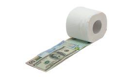 Rolle des Toilettenpapiers und des Geldes lokalisiert auf weißem Hintergrund Stockfoto