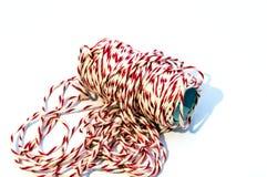 Rolle des weißen und roten Seils auf dem weißen Hintergrund Stockfoto