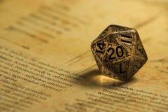 Rolle, die Würfel des Spiel-K20 spielt Lizenzfreies Stockfoto