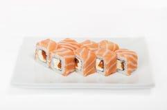Rolle mit Lachs- und rotem Kaviar lizenzfreie stockbilder