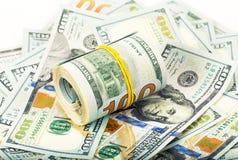 Rolle von Dollar auf Geldhintergrund Lizenzfreie Stockfotografie