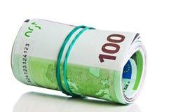 Rolle von hundert Eurorechnungen mit einem Gummiband Stockbild