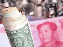 Rolle von US-Dollar Geld vor Chinesen Yuan Stockfoto