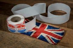 Rolle von wählte mir heute Papieraufkleber auf Tabelle mit BRITISCHER Flagge stockbilder