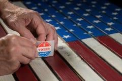 Rolle von wählte mir heute Papieraufkleber auf US-Flagge mit der Hand, die ein entfernt lizenzfreie stockbilder