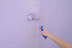 Rolle, welche die Wandnahaufnahme malt stockfotos