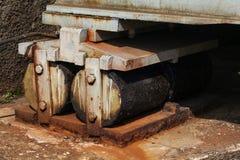 Rollen aan het eind van de spoorwegbrug, voor thermische uitbreiding stock afbeeldingen