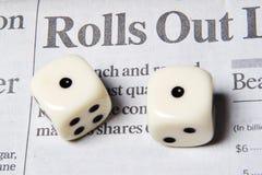 Rollen der Würfel mit Ihrem Geldtermingeschäft Lizenzfreie Stockfotos
