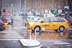Rollen-Fahrerhäuser im Blizzard in New York Lizenzfreie Stockbilder