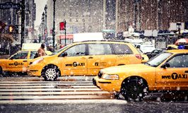 Rollen-Fahrerhäuser im Blizzard in New York Stockbilder