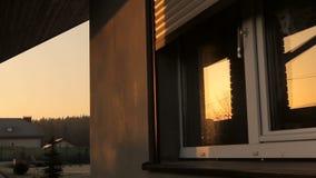Rollen-Fensterladen-Fenster stock video footage