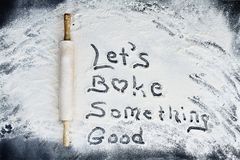 Rollen Pin Over Flour Background mit Schreiben Lizenzfreie Stockbilder