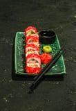 Rollen Sie auf grüner Platte mit Ingwer, Wasabi und Sojasoße Stockfoto