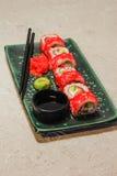Rollen Sie auf grüner Platte mit Ingwer, Wasabi und Sojasoße Lizenzfreies Stockbild