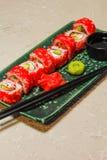 Rollen Sie auf grüner Platte mit Ingwer, Wasabi und Sojasoße Stockfotos