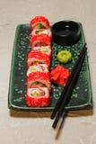 Rollen Sie auf grüner Platte mit Ingwer, Wasabi und Sojasoße Lizenzfreie Stockfotografie