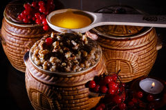 Rollen Sie mit kutia - traditionelles Weihnachtssüße Mahlzeit in Ukraine, in Weißrussland und in Polen Stockfotografie
