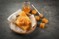 Rollen Sie mit süßen Bienenwaben und Glas mit Honig Lizenzfreies Stockfoto