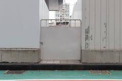 Rollen Sie oben Garagetür auf Backsteinmauer Lizenzfreies Stockfoto