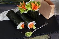 Rollen Sie verschiedene Geschmäcke des schwarzen Hintergrundes der Sushi, Krabbe, Karotten, Kopfsalat, Tofu, Lachs, Stillleben, H Stockfotografie