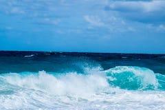 Rollen-Wellen auf dem Strand lizenzfreie stockbilder