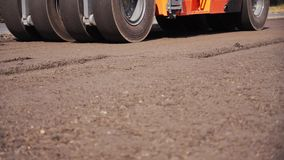 Rollenasphalt für Straßenreparatur Bau einer neuen Autobahn stock video