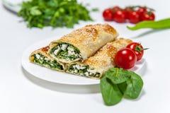 Rollenbäckerei mit Spinat und Käse lizenzfreie stockfotos