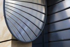 Rollenblendenverschluss-Garagetür mit Spiegel Stockfotos