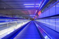 Rollend trottoir in luchthaven München Stock Fotografie