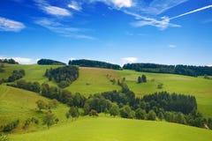 Rollende grüne Hügel von Deutschland mit blauem Himmel Stockbilder