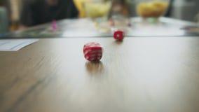 Rollende W?rfel auf der Tabelle, die Brettspiel spielt stock video footage