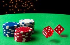 Rollende Würfel am Kasino Lizenzfreies Stockfoto