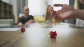 Rollende W?rfel auf der Tabelle, die Brettspiel spielt stock footage
